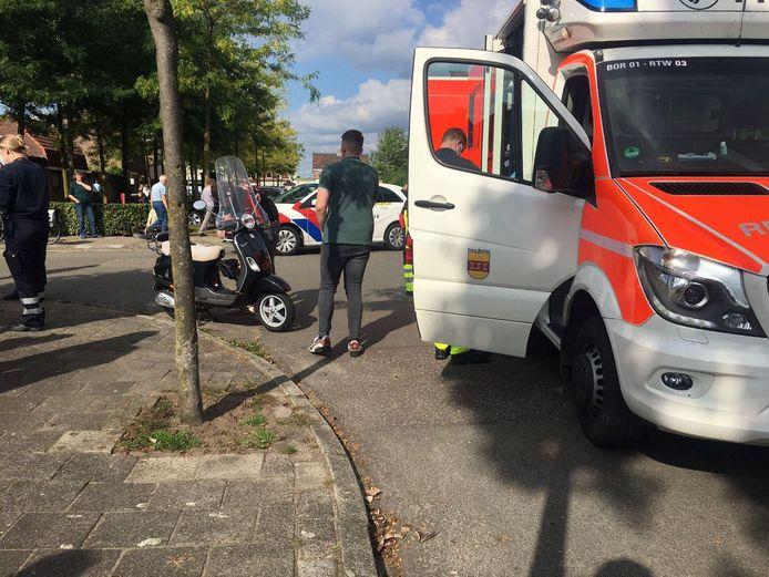 Twee Duitse ambulances werden opgeroepen. Twee personen die op de scooter zaten zijn per ambulance overgebracht naar het ziekenhuis in Enschede.