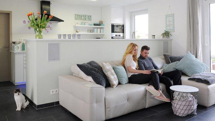 Mélissa en Davy in hun huis.