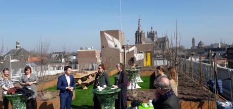 Straatbeeld: Daktuin op parkeergarage Wolvenhoek nu ook officieel open