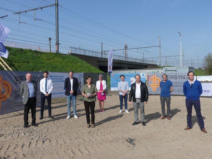 Vandaag werd het startschot gegeven van de werken aan de fietsbrug over de Volhardingslaan in Deinze.