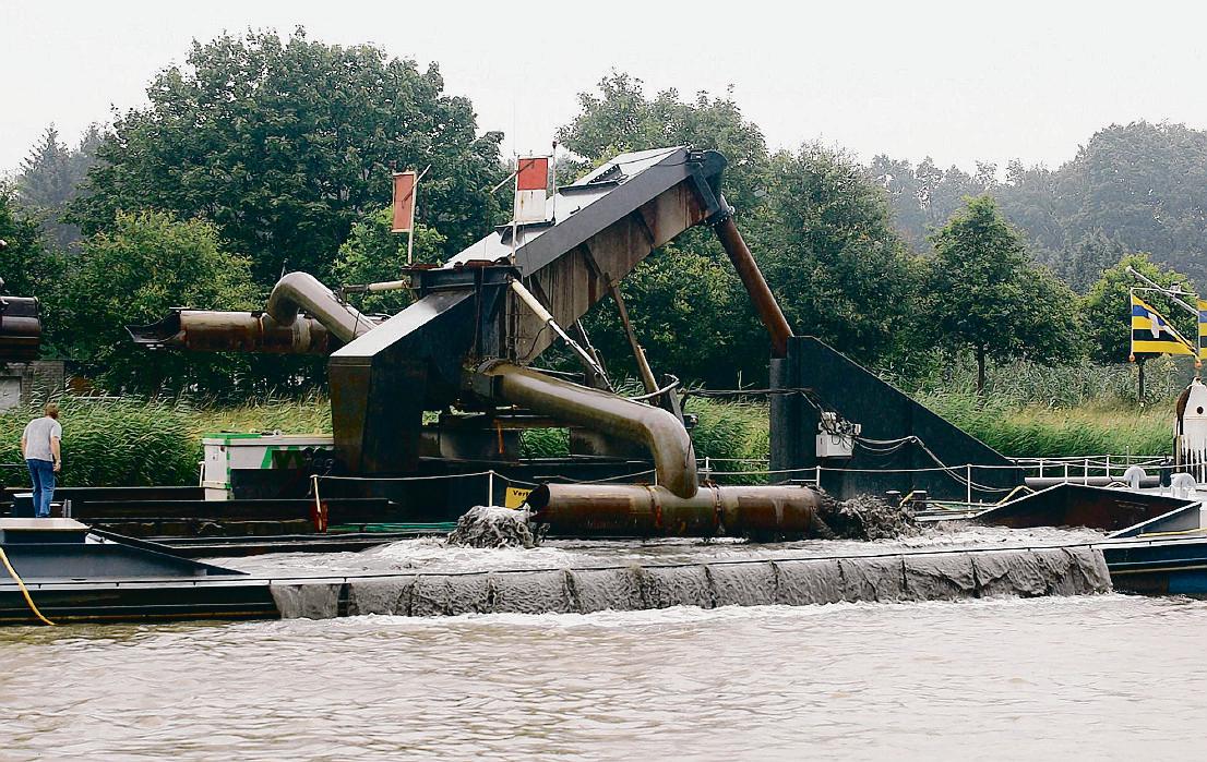Baggeren in het Twentekanaal, zodat er grotere schepen door kunnen. Het kabinet haalt geld naar voren voor deze werkzaamheden.