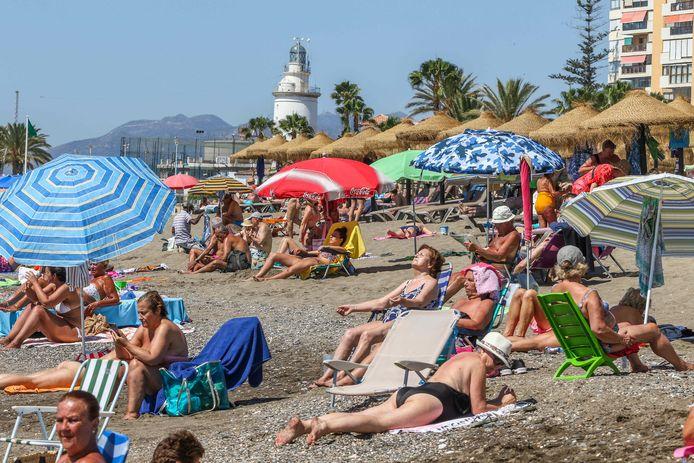 Op het strand van Malaga was het eind juni al druk. Nu kleurt Spanje rood op de Europese kaart met reisadviezen.