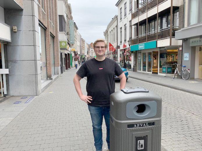 Schepen van Milieu Rick Brans aan een vuilnisbak op de Botermarkt, ook deze zijn al voorzien van een asbakje net als de nieuwe slimme exemplaren die er bij komen.