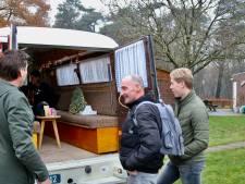 Zieke Adri (52) krijgt privé-concert in ouderwetse camper, dorpsgenoten zetten elkaar in het zonnetje