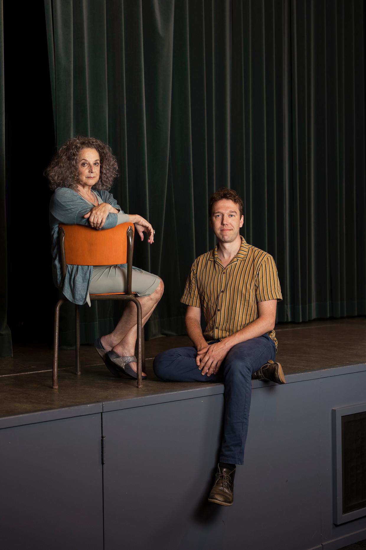Regisseur Jori Hermsen en Joosje Asser, de dochter van Eli Asser. Beeld Maarten Delobel