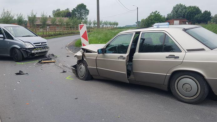 De 60-jarige bestuurder van de Opel raakte zwaargewond, de 77-jarige man in de Mercedes liep lichte verwondingen op.