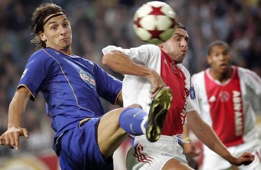 Zlatan Ibrahimovic in duel met Zdenek Grygera bij zijn Champions League-debuut voor Juventus, 15 september 2004.