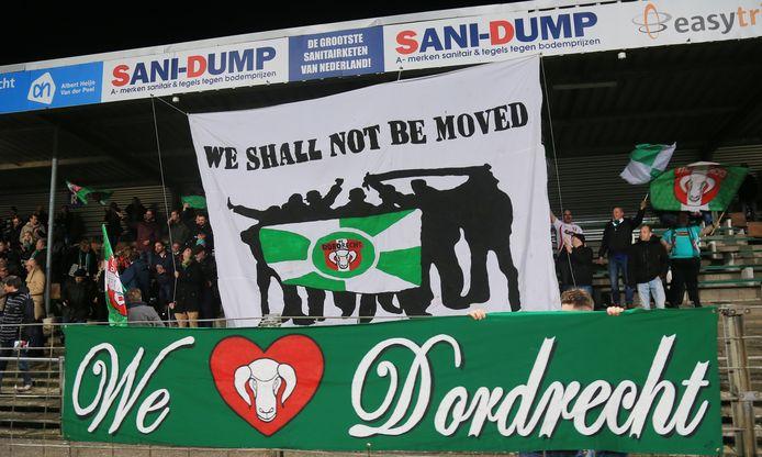 Supporters van FC Dordrecht tonen hun liefde voor de club via spandoeken.