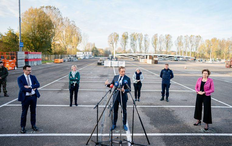 Minister Hugo de Jonge, Minister Ank Bijleveld van Defensie en Ingrid Thijssen tijdens de landelijke aftrap voor de XL-teststraten, bij de teststraat in aanbouw op Rotterdam The Hague Airport.  Beeld ANP