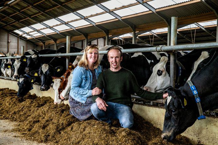 Eveline  en haar geliefde Ronald op de melkveehouderij die hij samen met zijn broer heeft in Terwolde.
