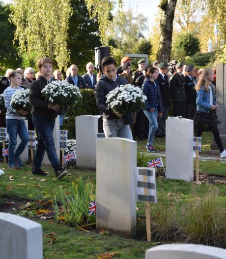 Jeugd legt bloemen op graven militaire slachtoffers in Goirle