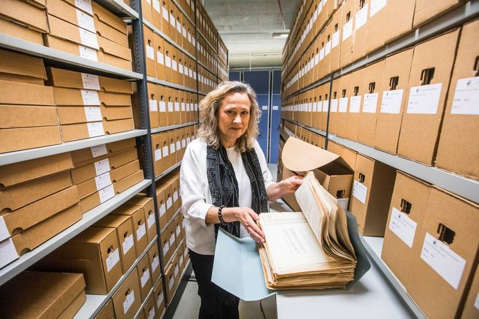 Dordrecht heeft, zoals elke gemeente, een eigen archief met papieren dossiers. Deze foto is gemaakt in het archief van de gemeente Den Haag.