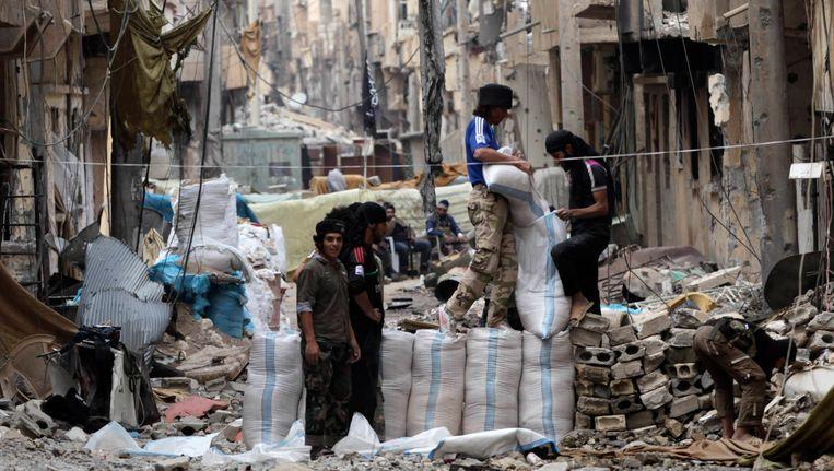 Strijders van al-Nusra in de verwoeste stad Deir al-Zor. Beeld REUTERS