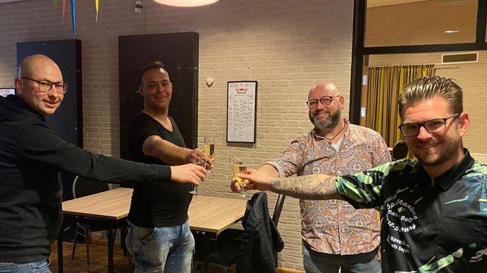 Vlnr: John Sterk (van SterkDarts), Kevin Vermeulen, Dennis van den Wijngaert (allebei van MFC de Keure) en darter Rowdy Schoremans.