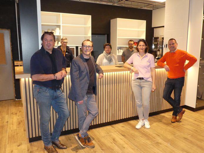 Enkele bestuursleden van TC De Witte Kaproenen bij de nieuwe bar in de cafetaria.