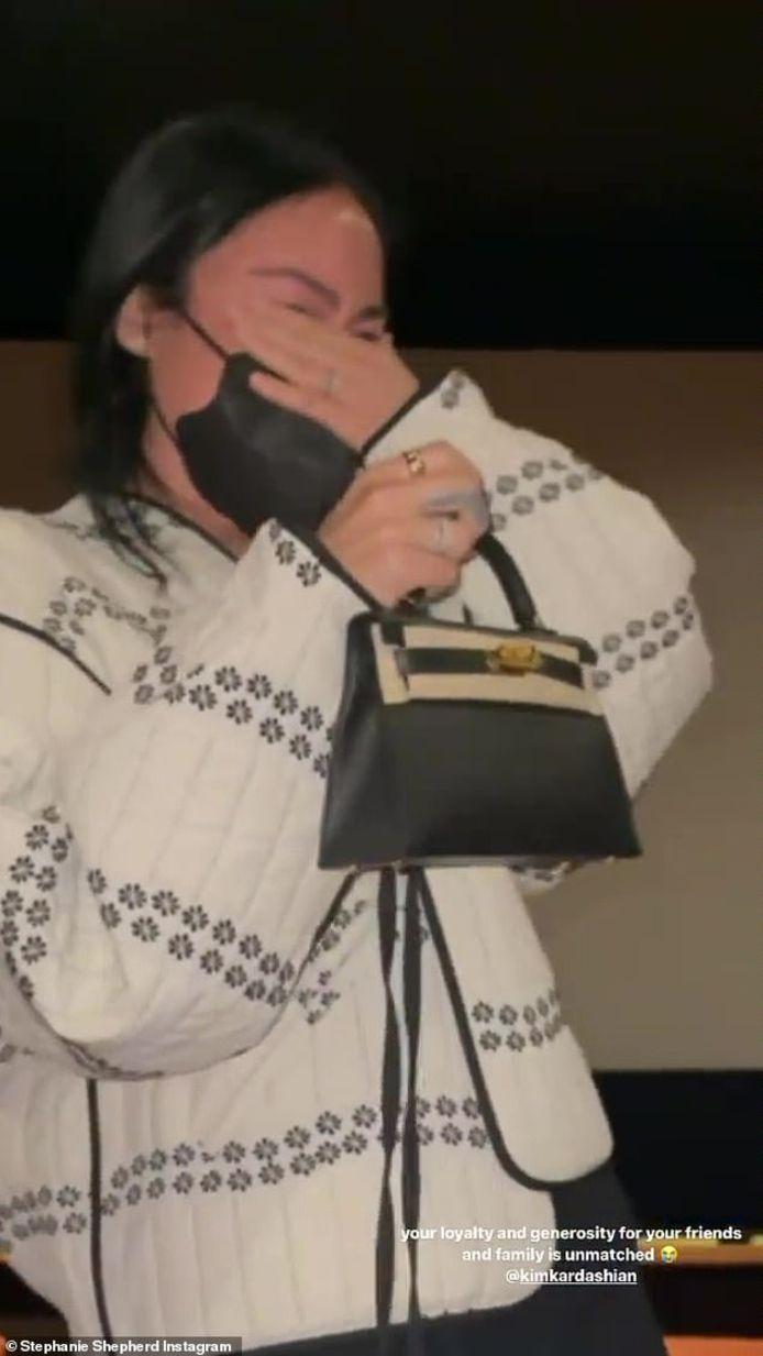 Stephanie Shepherd, de voormalige assistente van Kim Kardashian, moet huilen als ze een Hermès-handtas van 25.000 dollar cadeau krijgt.