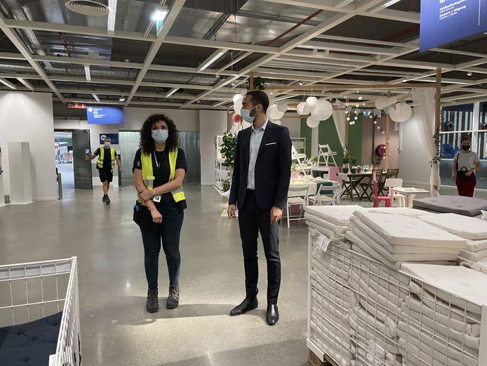 Batoul (26) legt uit wat haar taken zijn binnen IKEA. Staatssecretaris Mahdi bracht een bezoekje aan de winkel.