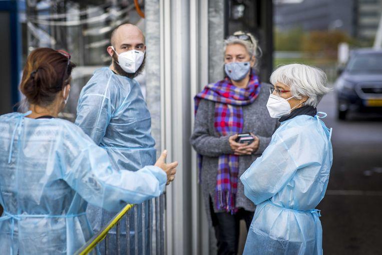 Medewerkers van de GGD in overleg bij de teststraat.  Beeld Marcel van Hoorn / ANP