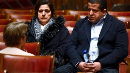 Moeder ziet huilend hoe zoon sterft in Joods Museum