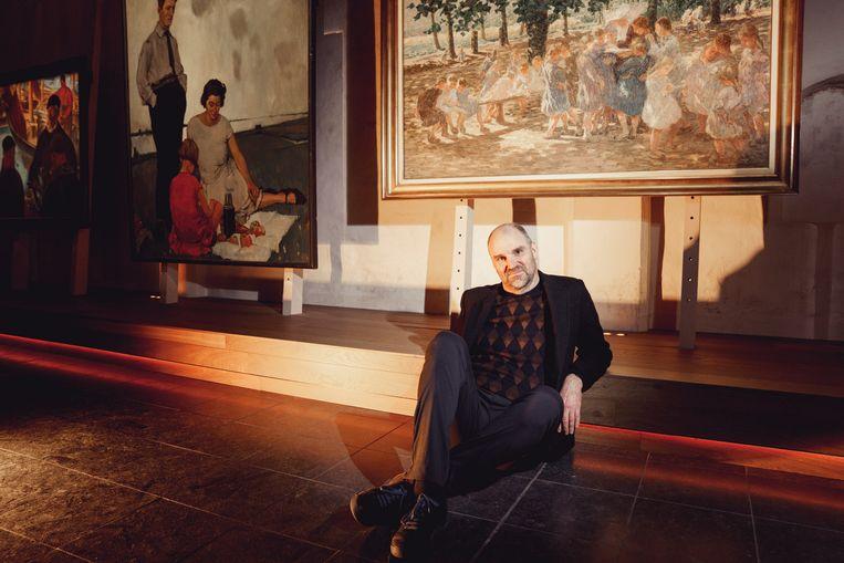 Hans Bourlon tussen werken van 'Het Kunstuur', een expo die hij met broer Joost opzette. Beeld © Stefaan Temmerman