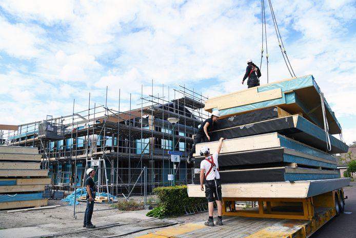 De bouw van het Talentencentrum in Bavel, waarin straks twee basisscholen en kinderopvangorganisatie Kober onderdak krijgen, verloopt voortvarend.