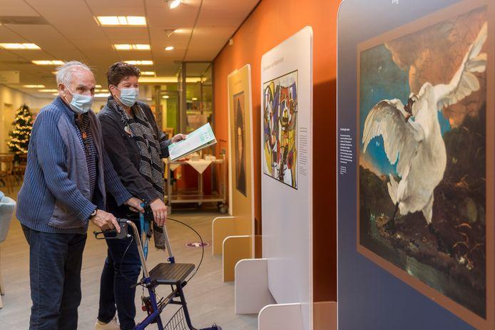 Eerdbrand-bewoner Ben Tennebroek (links) en Margreet Kloosdijk van Archipel bekijken de kunst de MuseumPlusBus.