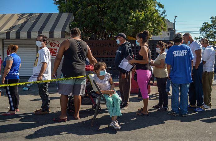 Migranten staan in Tijuana, op de Mexicaans-Amerikaanse grens in de rij in om het coronavaccin te ontvangen.