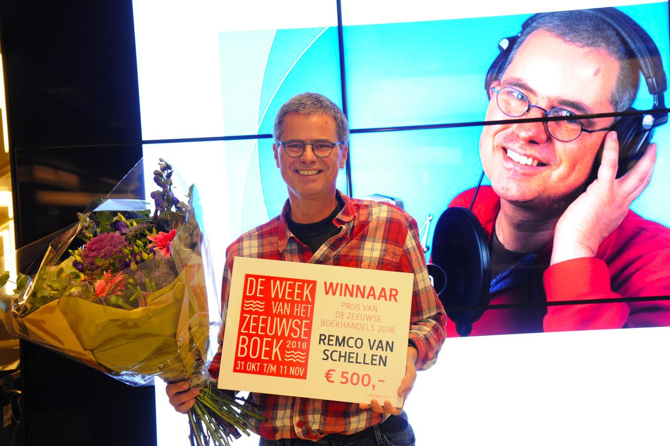 De prijs van de Zeeuwse Boekhandels ging naar Omroep Zeeland-journalist Remco van Schellen.