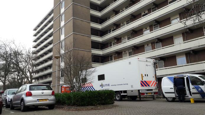 De technische recherche bivakkeert al vijf dagen voor de flat aan de Lisztgaarde in Oss.
