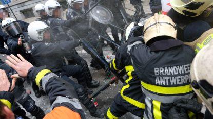 Traangas en waterkanon ingezet tegen woedende brandweermannen, 1 agent gewond