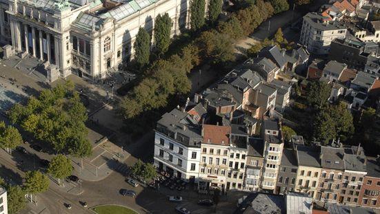 Finjan is gelegen op de hoek naast het Museum van Schone Kunsten op het Antwerpse Zuid.