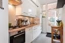 De keuken is voor stadse begrippen ruim en heeft toegang tot de tuin.