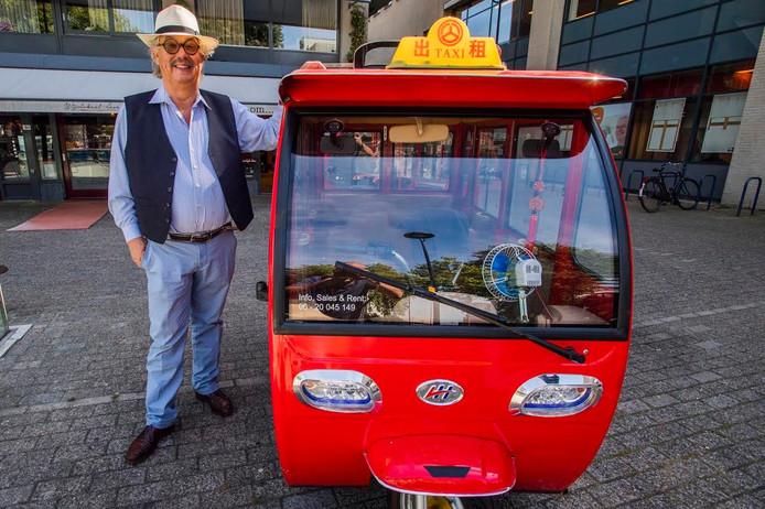 Mario de Kort bij één van zijn uit China geïmporteerde tuktuks. Foto John Schouten/BeeldWerkt