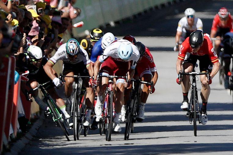 Mark Cavendish (links) crasht in Vittel. Peter Sagan wordt voor zijn elleboogmanoeuvre naar huis gestuurd. Beeld EPA