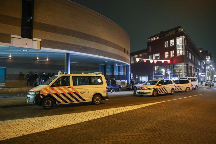 De politie rukte met veel agenten uit naar het Sint-Jorisplein in Ridderkerk na een melding van een overval.