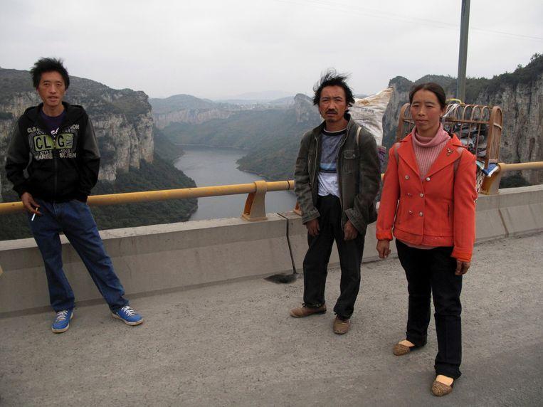 Inwoners van Guizhou op weg naar de markt om daar hun producten te verkopen. Beeld REUTERS