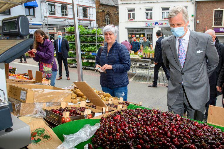Op een markt in Waver - met mondmasker, zonder geld. Beeld Photo News