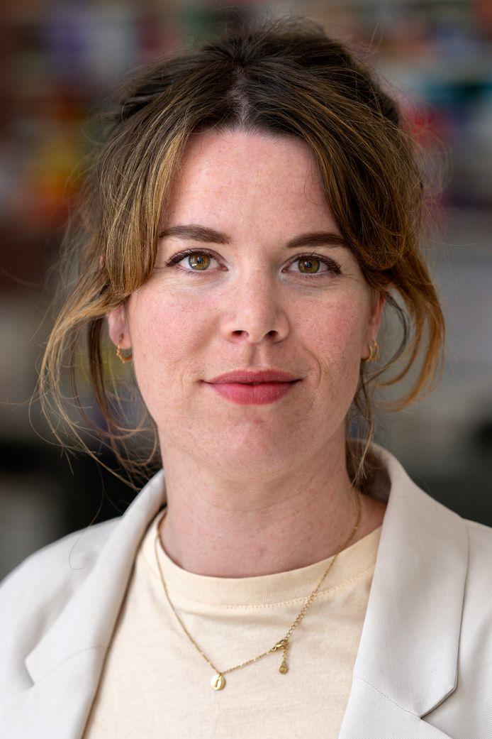Roos van den Oetelaar is zelf ook kunstenaar (en schrijver). In 2013 studeerde ze af aan de Bossche kunstacademie.