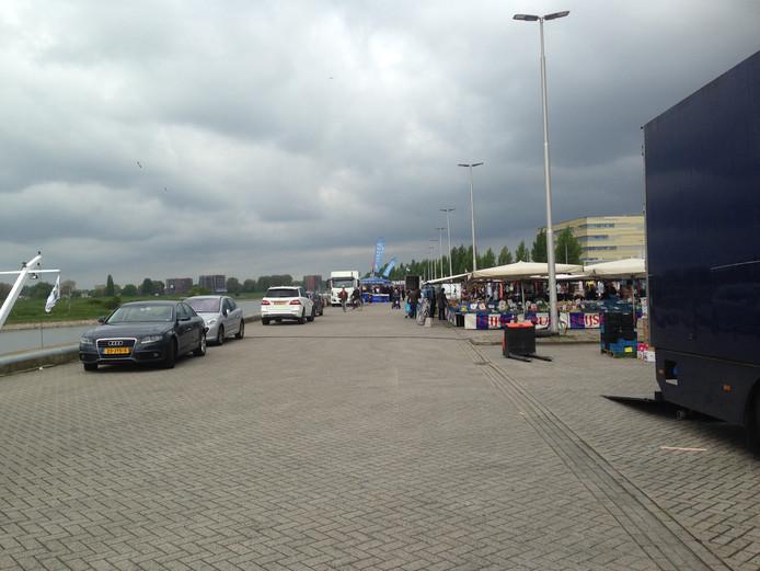Overzicht op de noodmarkt vanaf de  Nieuwe Havenweg.