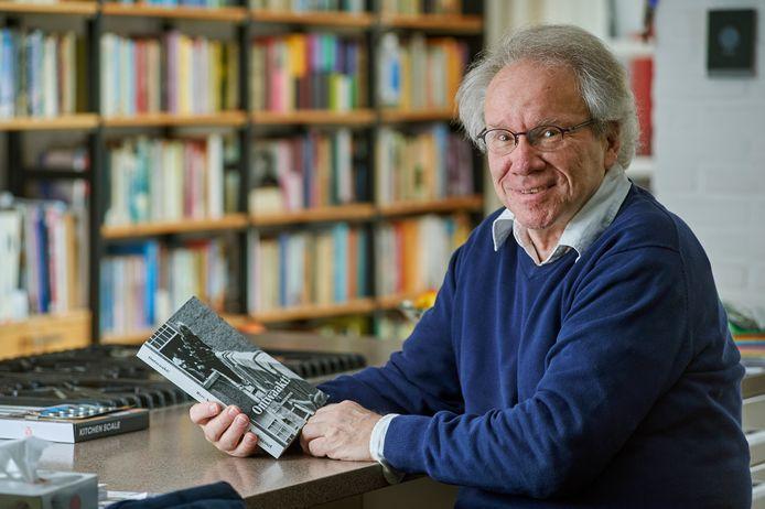 """Oud-leraar Nederlands Rein Akkermans uit Oss schrijft roman """"Ontwaakt""""."""