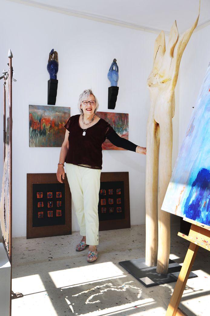 Beeldend kunstenaar José van der Valk in haar atelier.