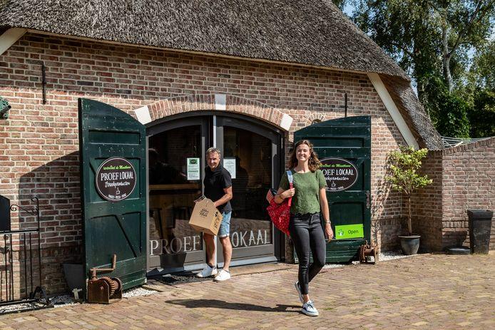 Peter de Graaf van De Maathoeve en Roos Roeleveld van Salland Boert en Eet Bewust. Bij de Streekproductenwinkel van De Maathoeve is de fietsroute verkrijgbaar, maar ook een picknicktas of -doos.