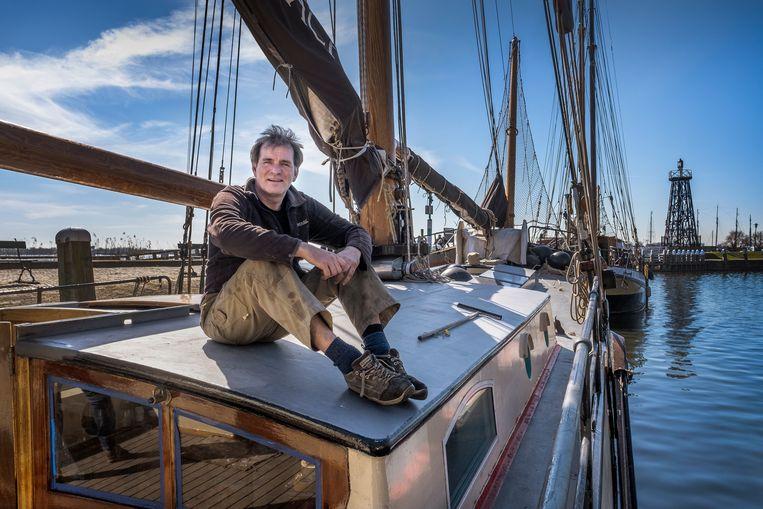 Schipper Maurits Minnaard op zijn schip De Eendracht. Beeld Patrick Post
