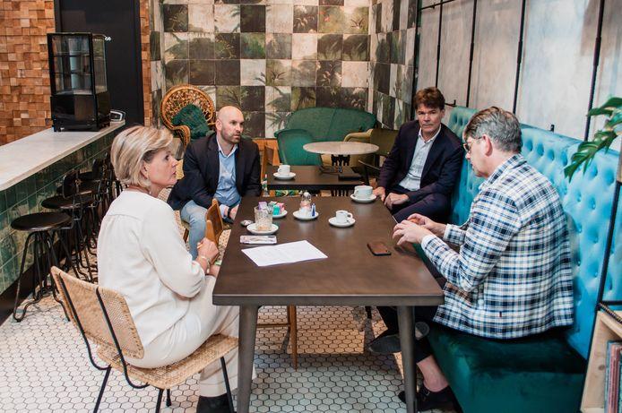 Henneke en Geert Bastiaansen (voorgrond) in gesprek met de Bredase wethouder Boaz Adank (linksachter) en naast hem burgemeester Paul Depla.