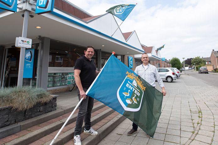 Eric Tijhof (links) en Patrick ten Hove zijn trots op de nieuwe Enterse vlag.