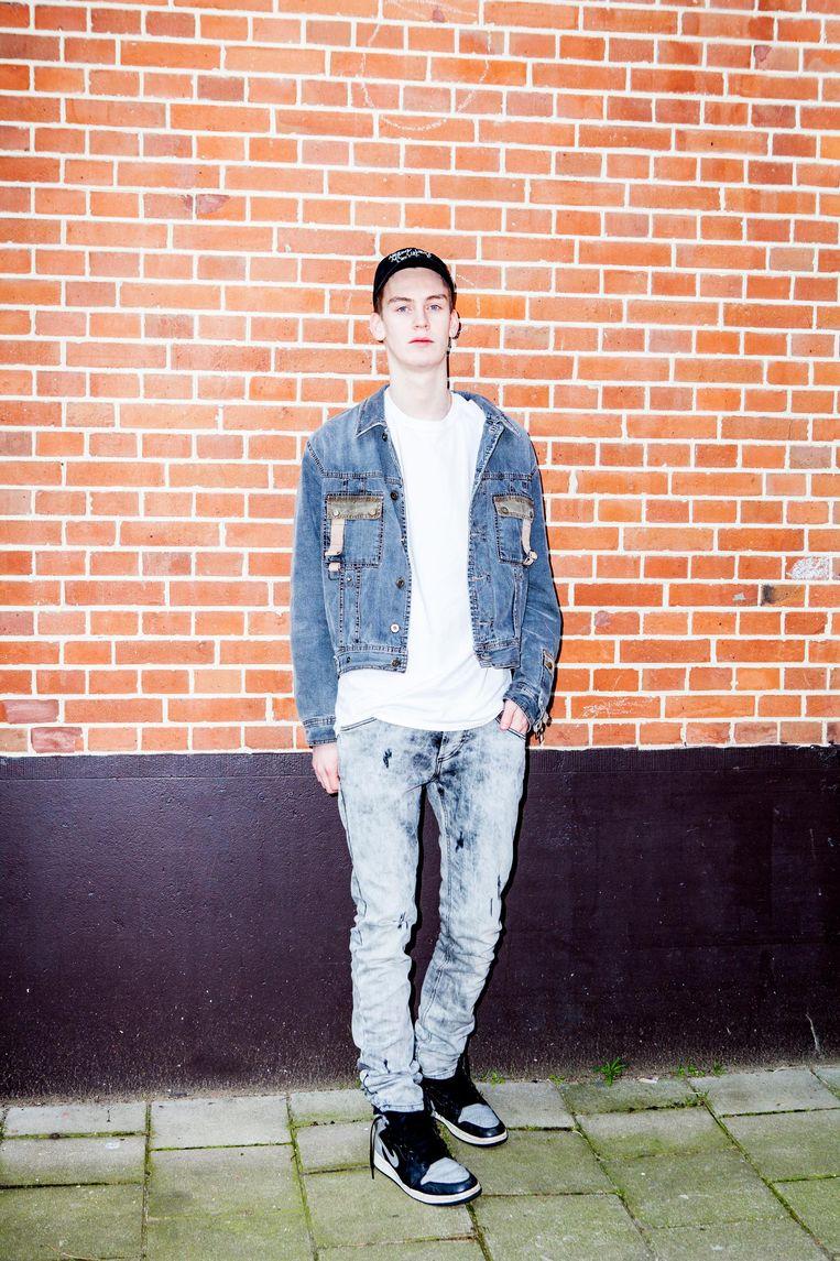 Jesse met een vintagejasje van Dolce & Gabbana en een broek van Balmain. Beeld Marie Wanders
