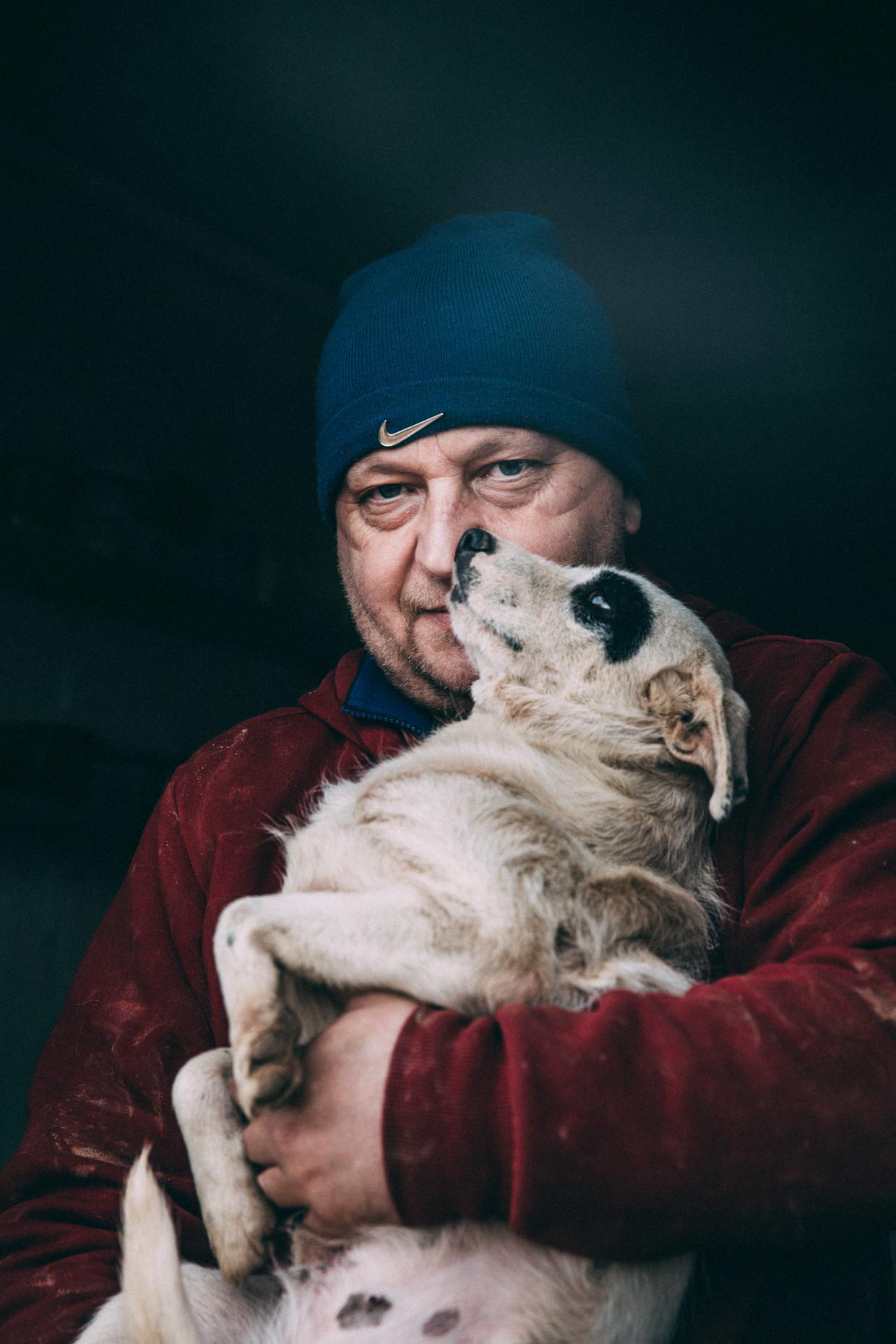 Dejan Gacic is de oprichter van het Vucjak Shelter nabij de Servische provinciestad Kragujevac. Met ruim negenhonderd zwerfhonden is het een van de grootste hondenasiels van Oost-Europa. Beeld Marlena Waldthausen