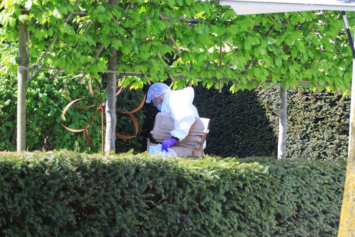 Onderzoek in de tuin van de woning aan de Lange Brinkweg gisteren.