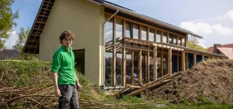 Bart (40) bouwt een huis van stro: 'Dit kost bloed, zweet en tranen'