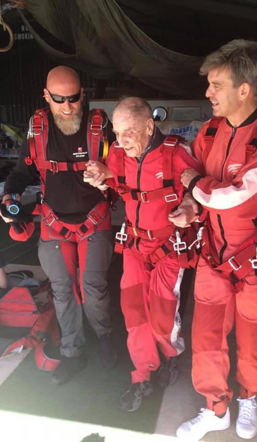 De 96-jarige Karel Tilley heeft zondagmiddag met succes zijn vierde duosprong uit een vliegtuig afgerond.
